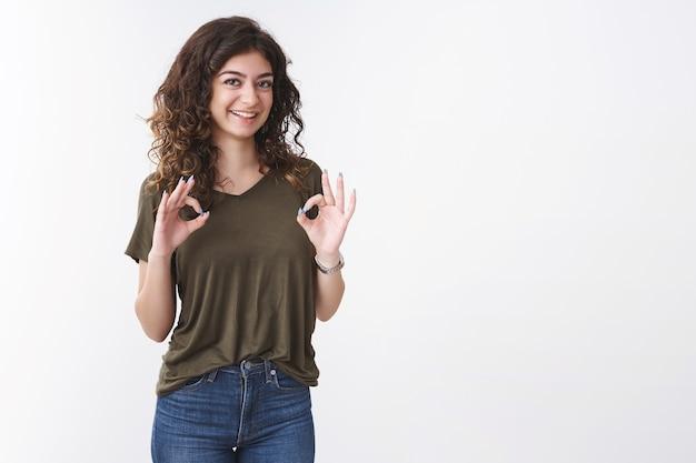 Ok, liczę zrobione. portret urocza przebiegła młoda ormiańska dziewczyna potwierdza, że wszystko idzie dobrze pokaż w porządku gest uśmiechnięty pozytywny zgadzam się, daj aprobatę stojący białe tło