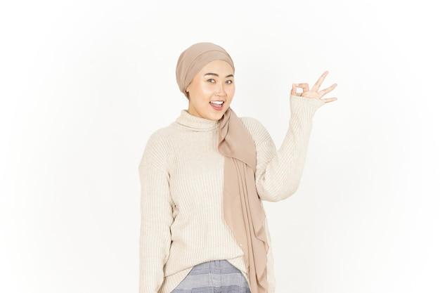 Ok znak pięknej azjatyckiej kobiety noszącej hidżab na białym tle