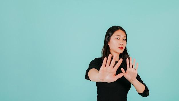 Okaleczająca kobieta robi obronnemu gestowi