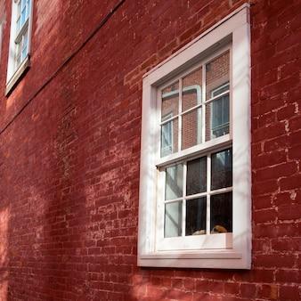 Okna i cegła na zewnątrz budynku w hamptons