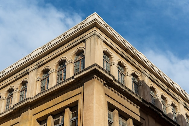 Okna klasycznego budynku