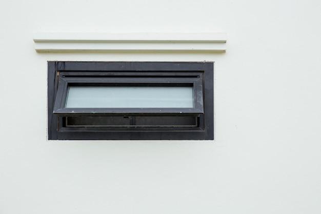 Okna markizy otwierają nowoczesne domowe aluminiowe okna wentylacyjne z nawiewem i zapachem powietrza w toalecie