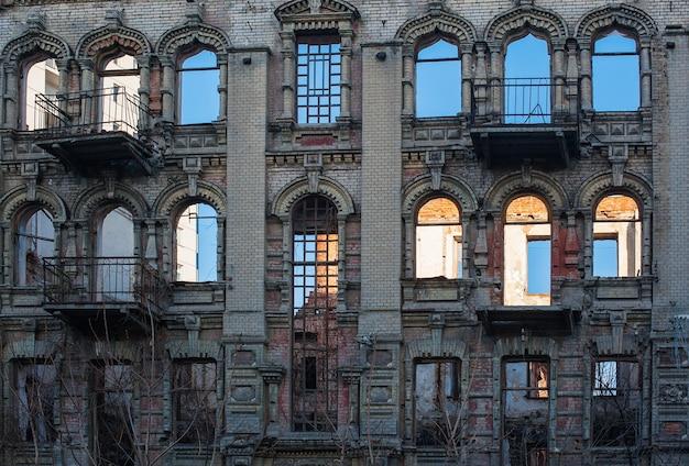 Okna w starym budynku architektonicznym w stylu klasycystycznym.