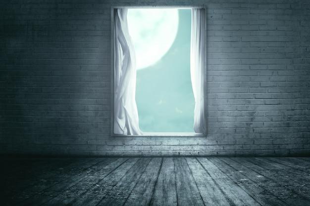 Okna z kurtyną w opuszczonym domu