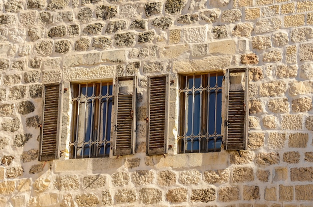 Okna z okiennicami w starym mieście w jerozolimie izrael
