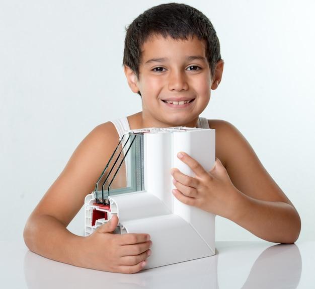 Okna z profili pcv z potrójnym oszkleniem z chłopcem