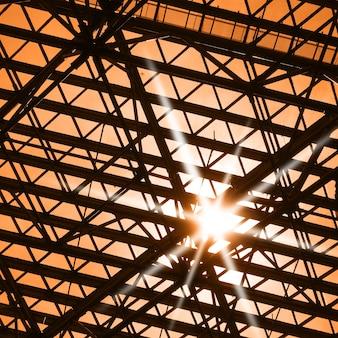 Okno dachowe i światło słoneczne - tło architektoniczne