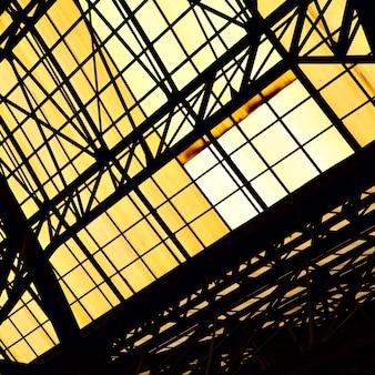 Okno dachowe starego budynku przemysłowego - abstrakcyjne tło architektoniczne