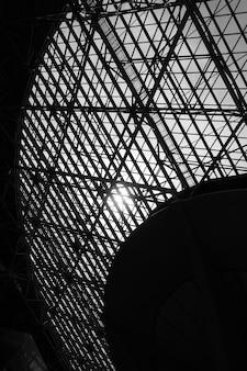 Okno dachowe - streszczenie tło architektoniczne z miejscem na tekst. obraz czarno-biały