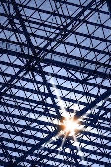 Okno dachowe z blaskiem słońca - abstrakcyjne tło architektury