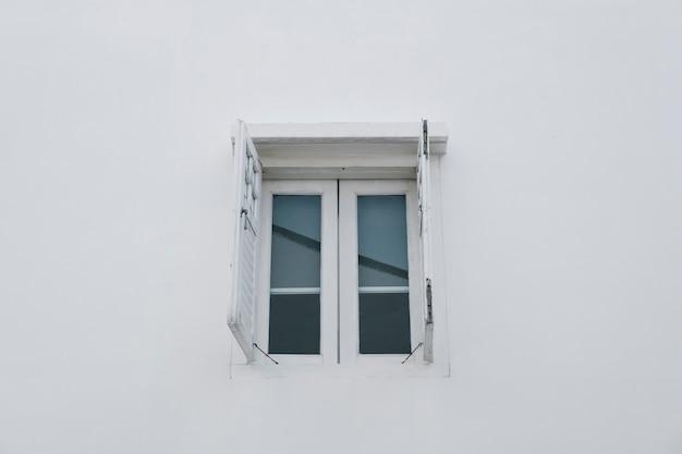 Okno na białej ścianie