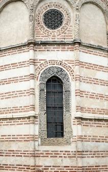 Okno na fasadzie kamienna ściana