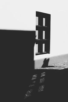 Okno na ścianie z cieniami