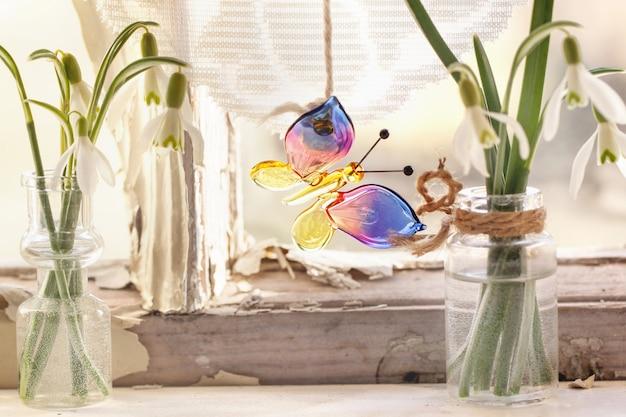 Okno przednie ze szklanym motylkiem i przebiśniegami