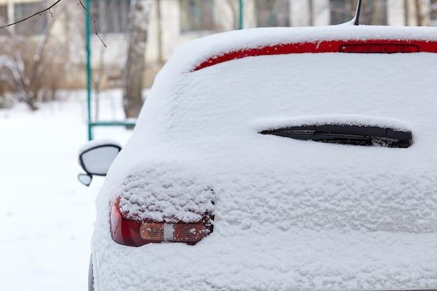 Okno samochodu zaparkowanego na ulicy w zimowy dzień, widok z tyłu. makieta do naklejek lub kalkomanii