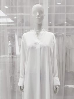 Okno sklepu odzieżowego, manekin w białej koszuli