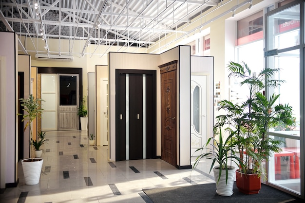 Okno sklepu z selektywną fokusem do drzwi wewnętrznych. duży wybór drzwi wewnętrznych do domu. koncepcja renowacji domu.