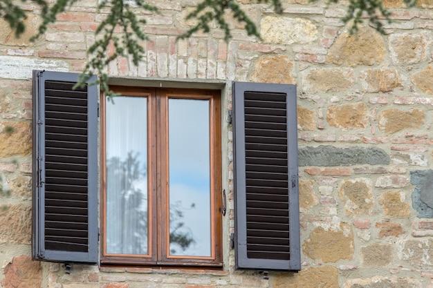Okno stary styl vintage w toskanii we włoszech