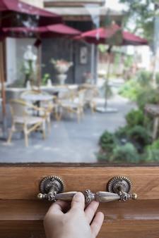Okno szklane drewniane ramki w małej kawiarni
