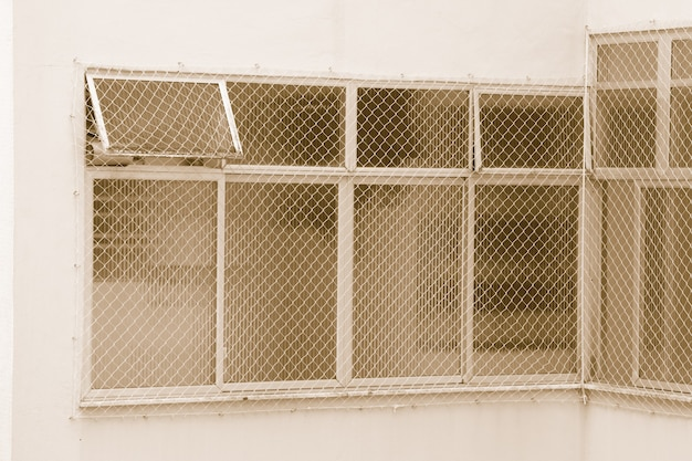 Okno w elewacji budynku wykonane z aluminium i zamknięte