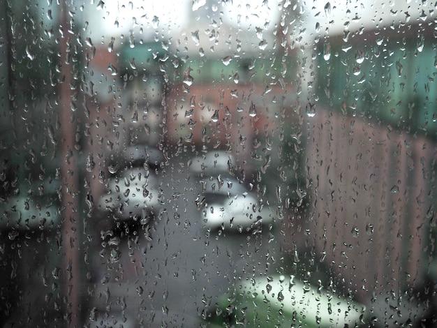 Okno w mieście deszczu