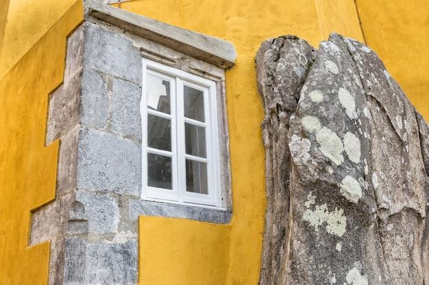 Okno wbudowane w kamienną górę. zamek pena sintra portugalia.