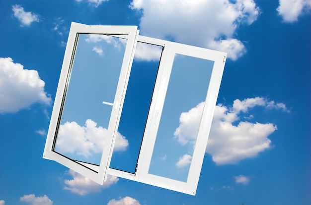 Okno z chmurami w tle