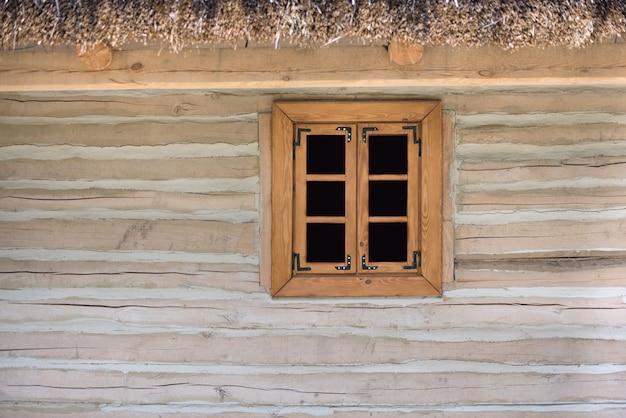 Okno z drewnianą ramą. okno domu wiejskiego. rustykalny. szablon. zasłona. makieta