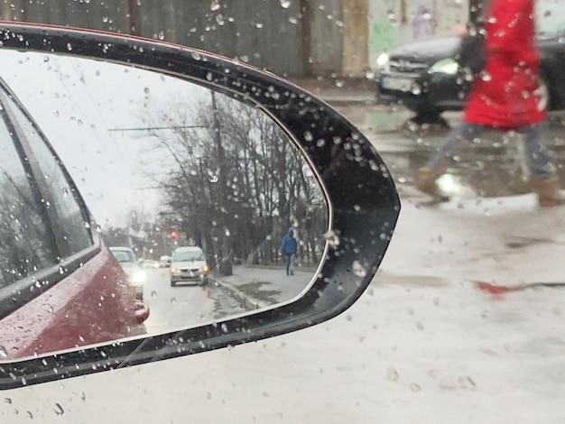 Okno z kroplami deszczu, zła pogoda w koncepcji miasta