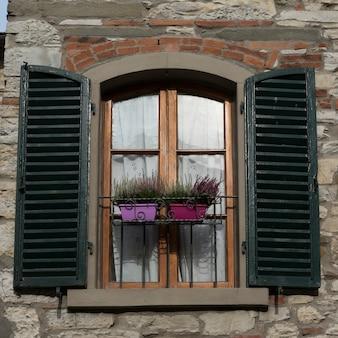 Okno z okiennicami, radda in chianti, toskania, włochy