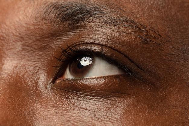 Oko młodego człowieka z bliska
