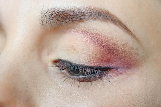 Oko modelki z pięknym makijażem artystycznym z bliska