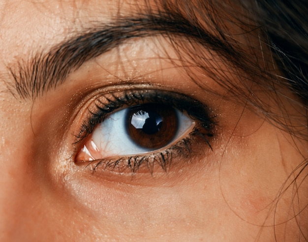Oko pięknej czarnowłosej kobiety