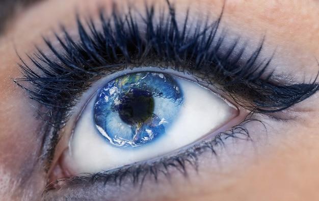 Oko z wnętrzem świata. ziemia jest smutna z powodu zanieczyszczeń, wojen, terroryzmu, globalnego ocieplenia. glob dostarczony przez nasa