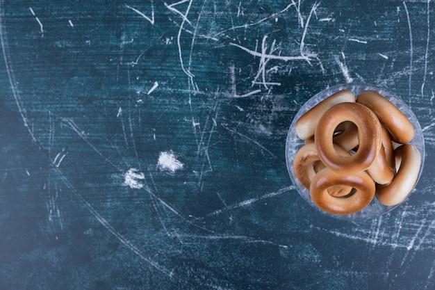 Okrąg ciasteczka w szklanej filiżance na niebiesko po prawej stronie.