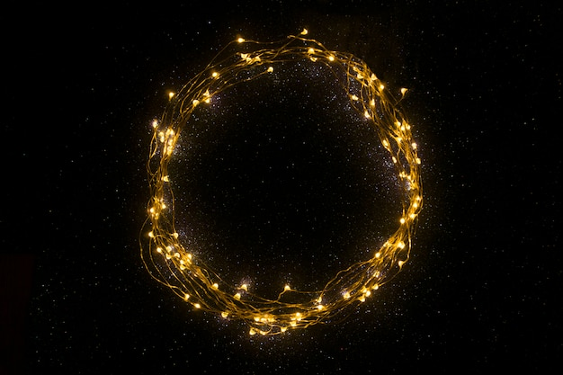 Okrąg wykonany z lampek choinkowych