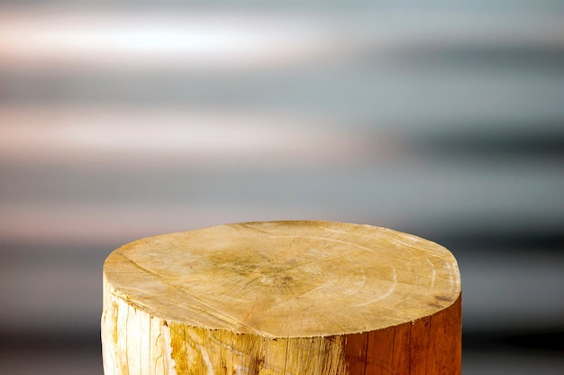 Okrągła drewniana piła wycinana w kształcie cylindra do wyświetlania produktów z miękkim brązowym i szarym abstrakcyjnym tłem