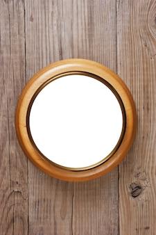 Okrągła drewniana rama na drewnianej ścianie