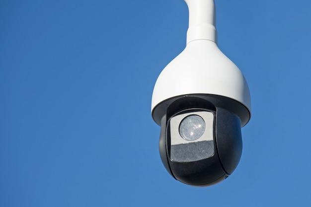 Okrągła kamera zewnętrzna, monitoring porządku w mieście.