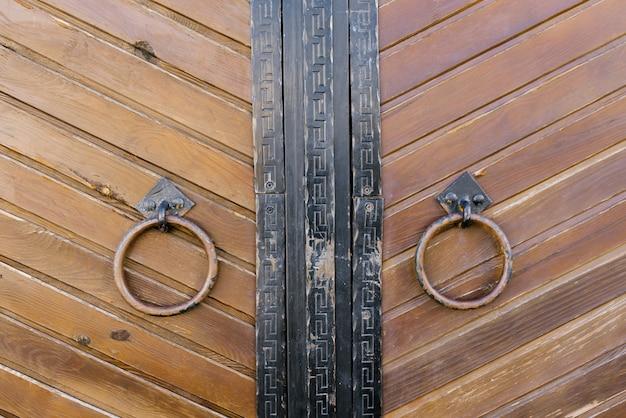 Okrągła klamka na starych drewnianych drzwiach