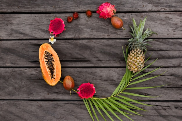 Okrągła kompozycja z owocami tropikalnymi