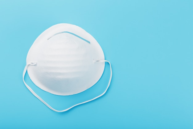 Okrągła maska na niebiesko. ochrona przed wirusami izoluj