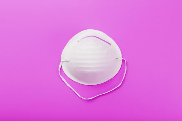 Okrągła maska na różowo. izolacja ochrony przed wirusami