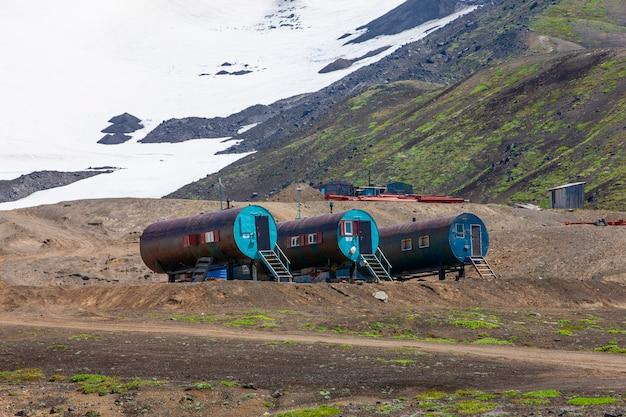 Okrągła metalowa obudowa dla turystów przy wulkanie. półwysep kamczatka