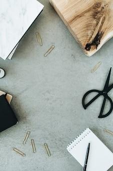 Okrągła rama minimalistycznego biurowego obszaru roboczego na szaro