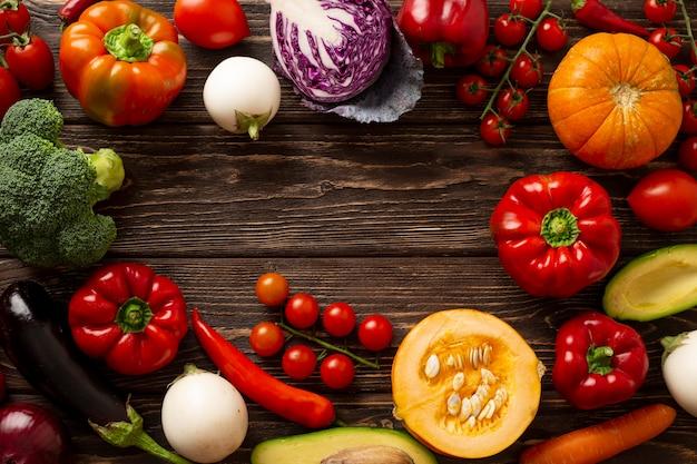 Okrągła rama płasko leżących warzyw