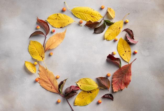 Okrągła rama wieniec z liści jesienią