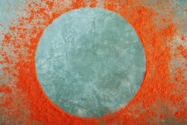 Okrągła rama wykonana z mielonej czerwonej papryki