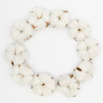 Okrągła rama z góry z białym kwiatem bawełny
