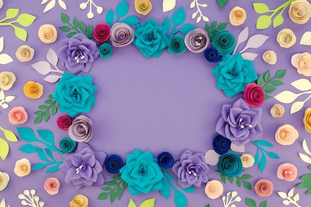 Okrągła rama z płaskich kwiatów z miejscem na kopię